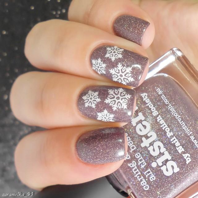 нюдовые ногти со снежинками и шиммером