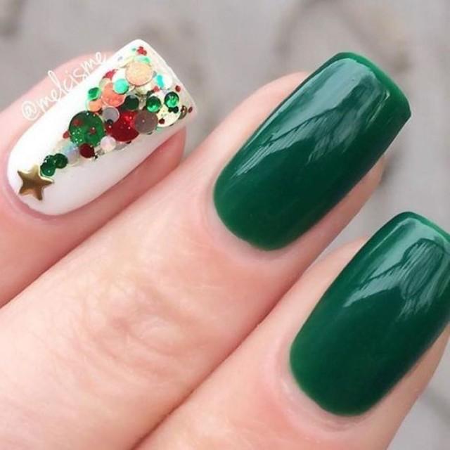 бело зеленый маникюр с елкой из круглых блесток