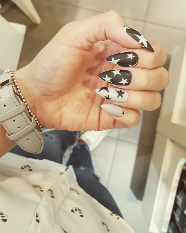 черно белый маникюр со звездами