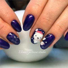 темно фиолетовый маникюр с белым медведем в шапке санты