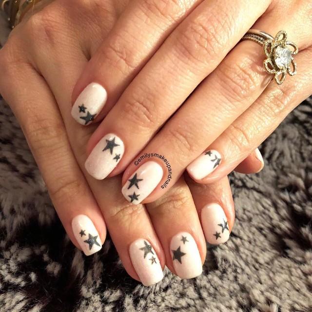 светлые нюдовые ногти с черными звездочками