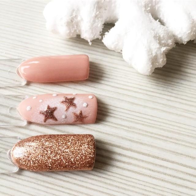 золотистый розовый маникюр со снегом и звездочками