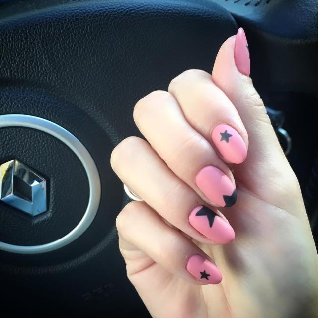 пастельно розовый маникюр с черными звездами