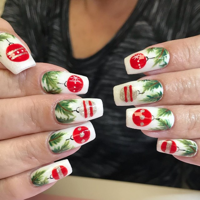 белый маникюр на Новый год с ветками ели и красными шарами