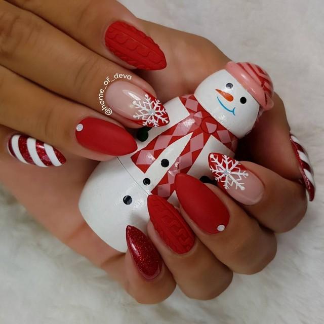красный вязаный маникюр френч со снежинками