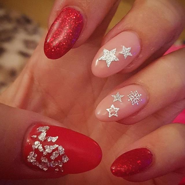 красные ногти с серебряными звездами