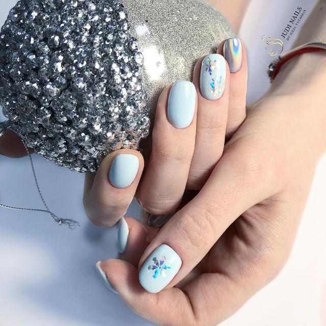 зимний голубой маникюр с приклеенными снежинками