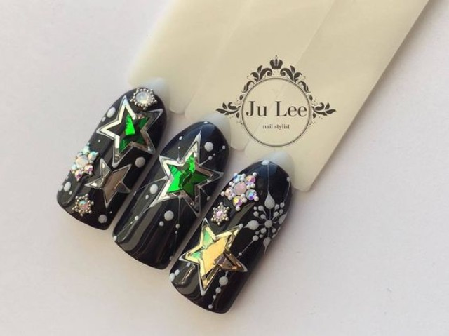 черный новогодний маникюр с блестящими звездами из фольги