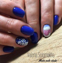 ярко синий маникюр с розовыми варежками и снежинкой