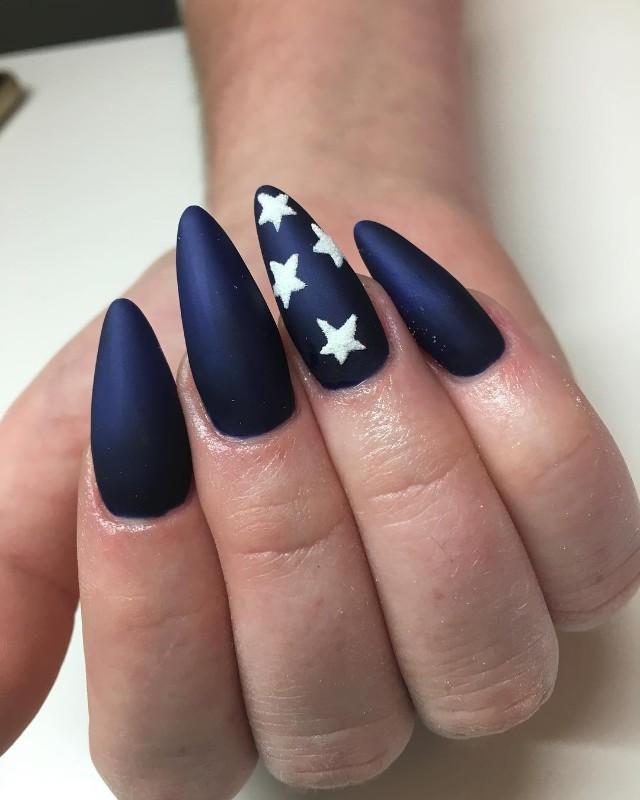 темно синие ногти с белыми звездами на Новый год