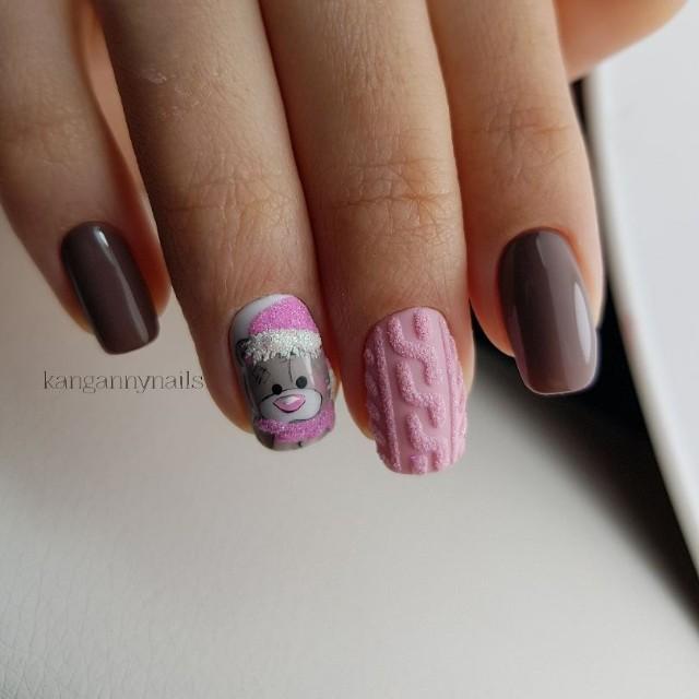 коричнево розовый маникюр с медведем и вязаным дизайном