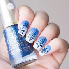 сине белый маникюр с елками и снежинками