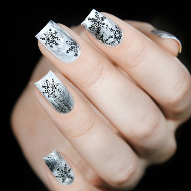 белый маникюр с черными снежинками