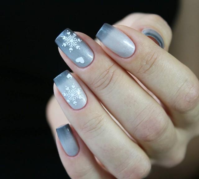 светло серый маникюр со снежинками