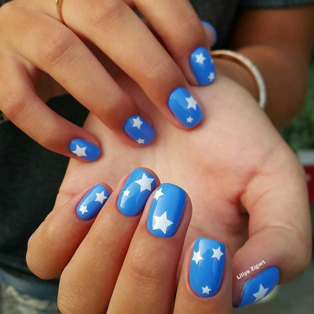 ярко голубой маникюр с белыми звездочками