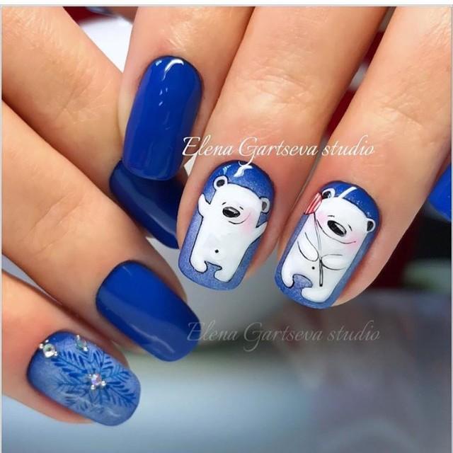 синий маникюр с белыми медведями