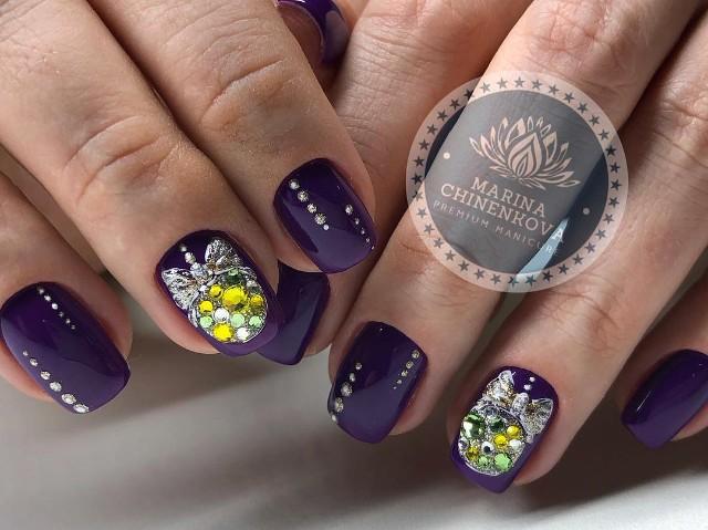 фиолетовый маникюр с золотистыми елочными игрушками