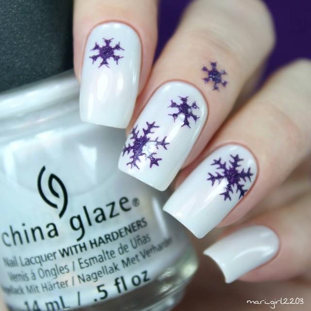 белые ногти со снежинками