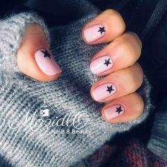 светло-розовые ногти с черными звездочками