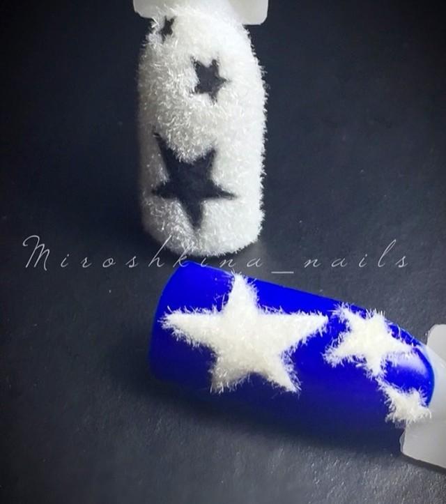 синий и белый маникюр с пушистыми звездами