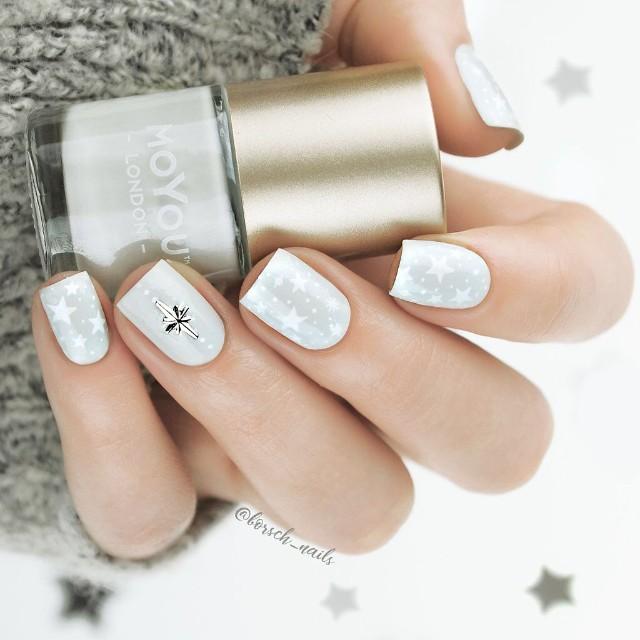 белый маникюр с серебряными звездочками