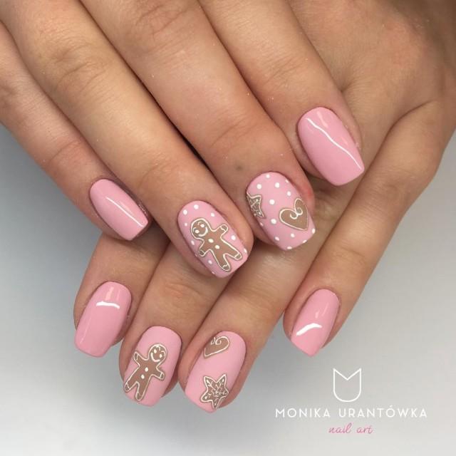 розовый маникюр с пряничными человечками