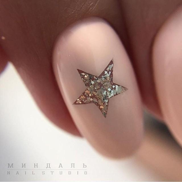 маникюр розовый нюд со звездой из блесток