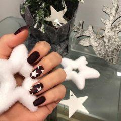 бордовый маникюр с белыми звездами