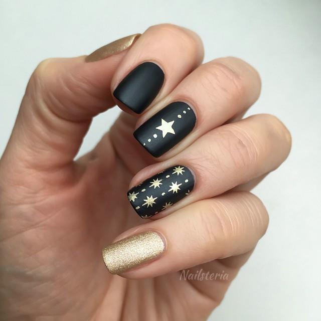 черно-золотой маникюр на Новый год со звездами