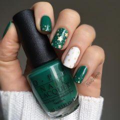 зеленый маникюр с золотыми звездами на Новый год