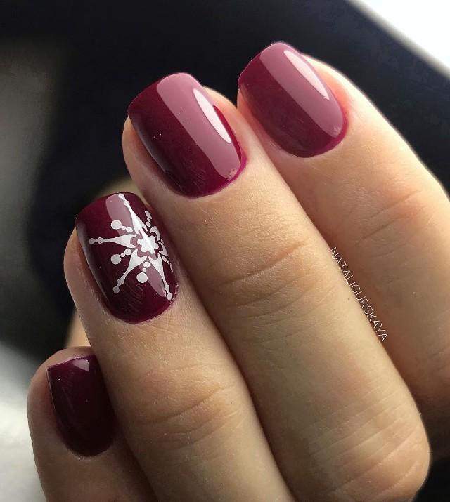 маникюр бордо со снежинкой