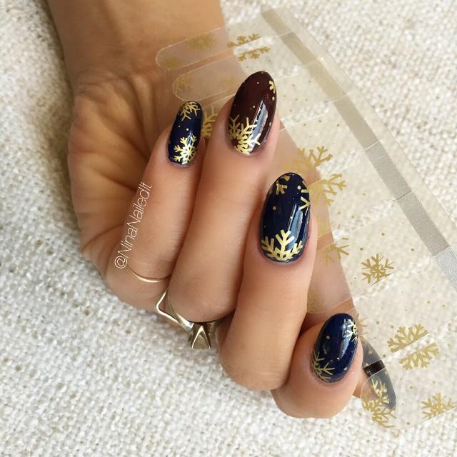 Темно синий маникюр с золотистыми снежинками