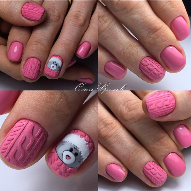 пыльно розовый маникюр с медведем и свитером