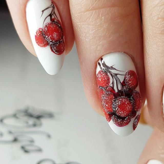 зимний маникюр ягоды в снегу