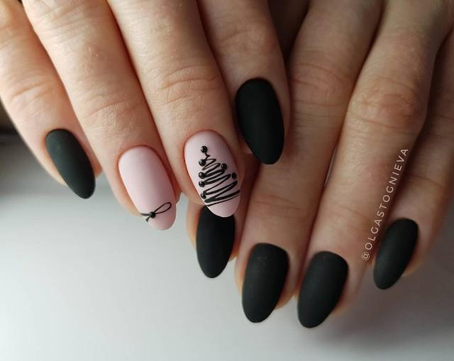 черно нюдовый маникюр с черной елкой