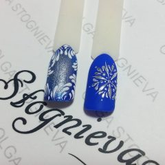 синие ногти с серебристыми снежинками