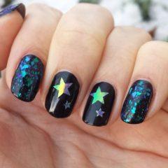черный маникюр со звездочками с втиркой жук