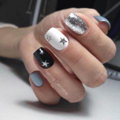 черно белый маникюр с серебряными звездами