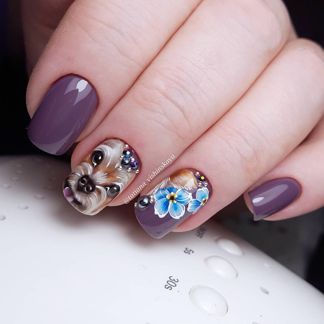 фиолетовый маникюр с собакой
