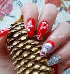 красный новогодний маникюр с медведем и снежинками