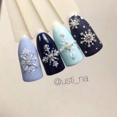синий маникюр со снежинками