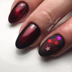 темно красный маникюр с блестками звездочками