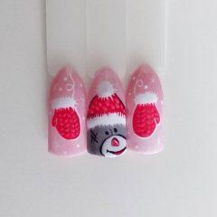 светло розовый маникюр с медведем и варежками