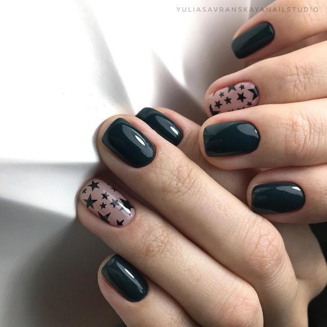 черный маникюр с нюдовым ногтем и черными звездами