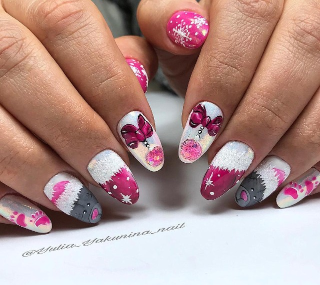 новогодний розово белый маникюр с медвежонком