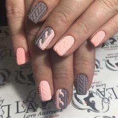 серо розовый вязаный маникюр кардиган на ногтях