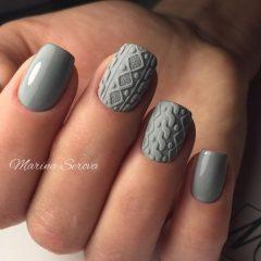серый вязаный маникюр свитерок