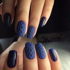 темно синий вязаный маникюр свитер