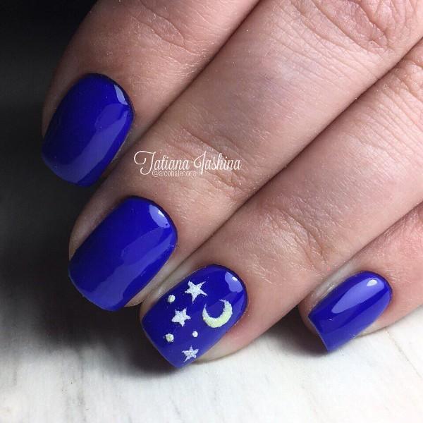 ярко-синий маникюр с объемными звездами и месяцем