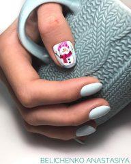 рождественский маникюр со снеговиком на большом пальце